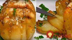 Všetci boli prejedení obyčajných zemiakov, tak mi sestra poradila toto vylepšenie: Narezať, obliať a nakoniec syr – lepšiu prílohu vám nespraví ani šéfkuchár! Bolet, Baked Potato, Good Food, Potatoes, Snacks, Ethnic Recipes, Image, Salads, Appetizers