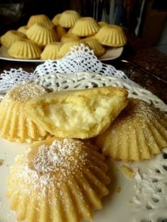 Bardzo kruche, bardzo pyszne Budyniowe babeczki Składniki: Ciasto: 1 szklanka mąki (dałam typ 450 – tortowa) 1 szklanka maki krupczatki 100 g masła 100 g margaryny (miałam jakąś maślaną Kasię) 1 łyzka smalcu 3 żółtka 4 łyżki cukru pudru 1 łyżka z górką… Sweet Desserts, Just Desserts, Sweet Recipes, Delicious Desserts, Cake Recipes, Polish Desserts, Polish Recipes, European Dishes, Cooking Cookies