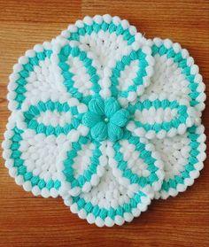 En yeni lif modellerini anlatmaya devam ediyoruz. Yuvarlak yuvarlak motifler yapıp daha sonra onları birleştirerek bahar çiçeği lif modeli yapıyoruz. Çiçek Fillet Crochet, Crochet Doilies, Diy Crochet, Love Crochet, Crochet Flowers, Crochet Baby, Crochet Videos, Bargello, Crochet Animals