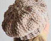 Wintermütze Ballonmütze, Damenhut, Barett, beige gehäkelt, Baskenmütze
