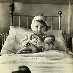 © Foto de Cecil Beaton. A jovem garota Eileen Dunne ferida em um bombardeio alemão. Inglaterra, 1940.