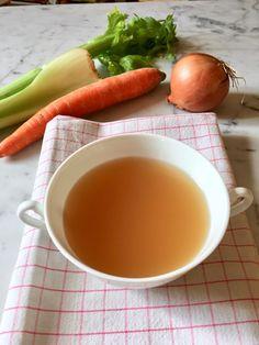 Il brodo vegetale è una ricetta di base che possiamo preparare seguendo le stagioni e conservare per utilizzarlo al bisogno. Ricetta e tabella con verdure e aromi da aggiungere per profumare e colorare il brodo Tortellini, Cantaloupe, Fruit, Food, Canning, Meals