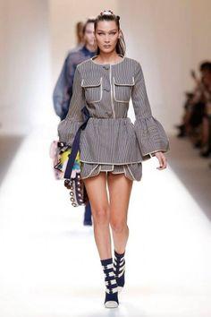 Na Semana de Moda de Milão, a mulher à Maria Antonieta da marca usa babados e jacquard, tem mangas e saias volumosas