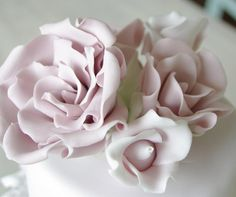 Beautiful pastel sugar roses #weddings #weddingcakes