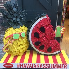 "604 curtidas, 14 comentários - Mr. Window By Junior Gayardo (@visual_window) no Instagram: ""HAVAIANAS  . . . . . #windowdisplay #merchandising #amazing #sales #visualmerchandising #art…"""