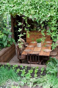 Garden table ||The Little French Bullblog