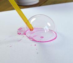 Pour peindre avec des bulles, il faut :  de la peinture (gouache) de l'eau du savon liquide des pailles des récipients creux (bols, gobelets, verres) des feuilles de papier épais
