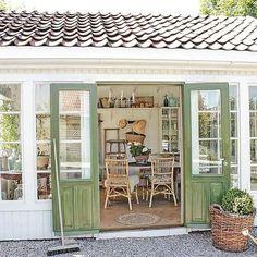 i kveld finner han noen gamle dører… Backyard Sheds, Backyard Patio, Outdoor Rooms, Outdoor Living, Outdoor Decor, Garden Cottage, Home And Garden, Small Cottage Homes, Vibeke Design