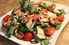 Rucola mit Parmesan und Honigsenf-Dressing Arugula with Parmesan and honey mustard dressing Healthy Eating Tips, Healthy Nutrition, Clean Eating, Healthy Recipes, Cocina Light, Honey Mustard Dressing, Vegetable Drinks, Food Inspiration, Salad Recipes