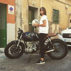 One year ago... @bethfevrier and #crd61 by @caferacerdreams >> #motorcycle #motorcycles #crd #caferacerdreams #bmw #r100 #r100rs #thebikeoflove #madrid #spain #womenstyle #memories