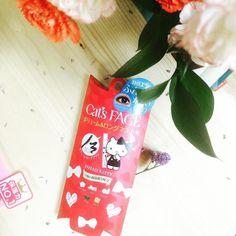 Mascara thảo mộc làm dài dày & cong mi Cat's Face từ thương hiệu Hello Kitty - Tập đoàn Sario Japan - TP chính từ 5 loại thảo mộc hữu cơ: Hoa bụp giấm Hisbicus hoa hồng nha đam hoa cúc la mã tơ tằm. - Không trôi suốt 24h - Không cần dùng bấm mi để chuốt mi trước - Dạng film siêu nhẹ  Contact us on FB: http://ift.tt/1SAMFMJ  #hellokitty #catsface #sariojapan #mascara #herbal #hibiscus #rose #aloe #silk #chamomile #mỹ_phẩm_nhật_bản #JPHouse #MEOJapaneseSkincareHouse #MEO #madeinjapan by…