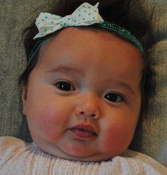 How cute does baby Zoe look in a @louandleefelt headband?