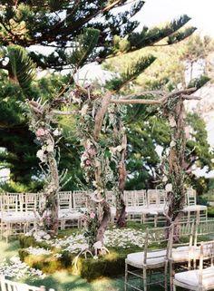 Toldo para el altar con ramas secas, rosas y hojas verdes. Decoraci�n Vintage para una Boda al Aire Libre. Imagen: Style Me Pretty