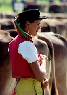 Mann in Tracht an einer Viehschau im Appenzellerland | Man in traditional costume at a cattle show in the Appenzell region