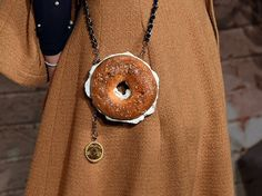 Actress India Menuez wore what appeared to be a Chanel-branded bagel as a purse to a dinner hosted by Karl Lagerfeld in honor of Baz Luhrma. Unique Purses, Unique Bags, Bobo Chic, Novelty Bags, Oui Oui, Karl Lagerfeld, Purses And Bags, Style Inspiration, Style Ideas