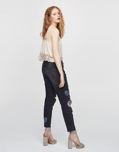 Jeansy mom fit z kwiatami - Mom fit - Dżinsy - Denim - HIDDEN - PULL&BEAR Polska