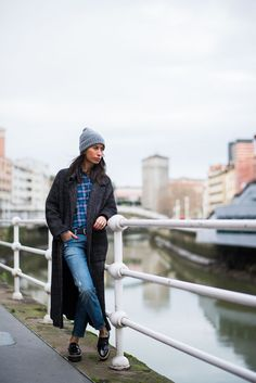 Casual winter outfit. Relaxed jeans, maxi coat and checked shirt. Blogger Adriana Lindo. Photographer Ángel Robles Robles.