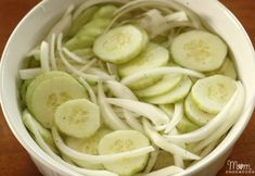 Store-bought pickled cucumbers can never beat the flavors of freshly homemade. These pickled cucumber and onion go with almost all kinds of braised meats and even burgers. Cucumber Salad Vinegar, Vinegar Cucumbers, Marinated Cucumbers, Cucumber On Eyes, Cucumbers And Onions, Pickling Cucumbers, Side Dish Recipes, New Recipes, Cooking Recipes