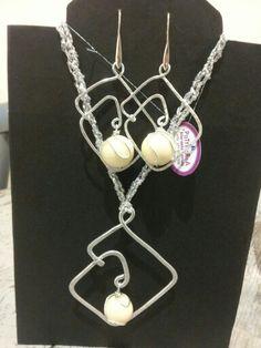 Parure wire (filo di alluminio) martellato e perla di avorio.  Cordoncino lavorato ad uncinetto con filato laminato argento