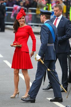 Duchess Catherine in Alexander McQueen Autumn 2012 collection dress, Sylvia Fletcher hat from James Lock & Co., LK Bennett 'Sledge' heels, and Alexander McQueen clutch at the Diamond Jubilee River Pageant Flotilla, June 2012 Moda Kate Middleton, Style Kate Middleton, Kate Middleton Pictures, Kate Middleton Fashion, Kate Middleton Dress, Alexander Mcqueen Kleider, Estilo Real, The Duchess, Duchess Of Cambridge