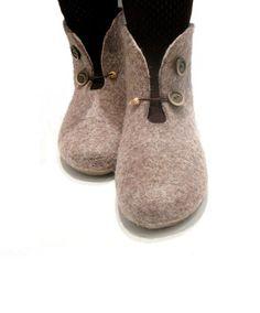 Frauen Winter Hausschuhe, Wolle Frauen Hausschuhe für kalte Füße warm, Weihnachtsgeschenk, braun Hausschuhe, wolleschuhe, Hausschuhe Knöchel Diese warme Booties sind aus natürlichen ungefärbte Wolle gefertigt. Knöchel-Hausschuhe werden Ihre Favoriten in der Winterzeit. Gummibandverschluss lässt Ihre Füße frei bewegen und hält die Wärme. Diese können im Haus oder beim Schlafen getragen werden. Wolle ist wunderbar für die Wärme zu halten. Es hat besondere Fähigkeit anpassen auf…