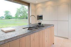 eiken witte gebeitste keuken met houtkleurige afwerking