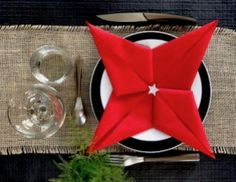 Pliage tuto serviette Sapin de Noël. Vos tables vont aimer ! - Vaisselle Jetable Discount Organisation Hacks, Napkins, Table Settings, Pearls, Cool Stuff, Rois Mages, Diy, Exactement, Christmas
