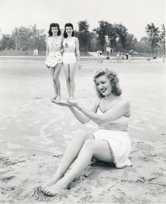 This was sooo cute to me vintage beach girls- Girls Getaway Vintage Photographs, Vintage Photos, Antique Photos, Vintage Stuff, Poses, Bikini Triangle, Videos Instagram, Forced Perspective, Perspective Pictures