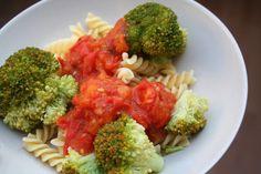 Den Klassiker Nudeln mit Tomatensoße hat Carola mit Broccoliröschen aufgepeppt. http://twoodledrum.blogspot.de/2013/07/vegan-wednesday-49.html