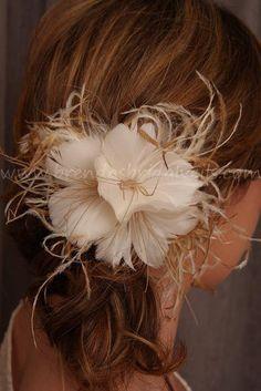 Flor de pluma de novia velo Birdcage Fascinator vainilla y