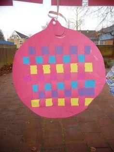 Map juf Ineke: een kerstbal met vlechtrepen.