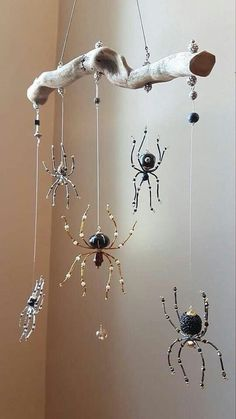 Beaded Wind Chimes Ideas - Amazing suncatcher Beaded Wind Chimes Ideas - Amazing suncatcher Beaded W Wire Crafts, Bead Crafts, Fun Crafts, Halloween Crafts, Halloween Decorations, Halloween Spider, Fall Halloween, Christmas Spider, Christmas Ornament