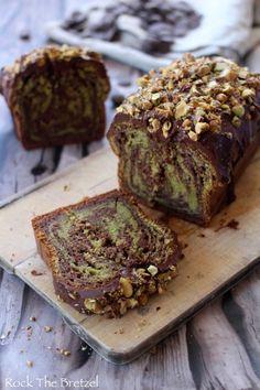 Cake marbré au yaourt, cacao et thé matcha, glaçage au chocolat et pistaches caramélisées