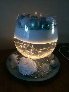 Grote vaas met water, lichtjes en nep sneeuw.