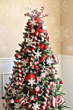 <3 Remarkable Red and White Candy Cane Christmas Tree !! <3