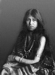 Laguna Pueblo woman 1906 Native American Women, Native American History, Native American Indians, Native Americans, Native Canadian, Indigenous Tribes, Tribal People, First Nations, Indiana