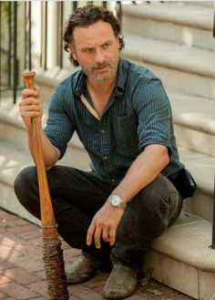 """The Walking Dead - Rick Grimes (Andrew Lincoln) holding Negan's """"Lucille"""" and remembering how it was used to kill his friends, so he knows he needs to get everyone in Alexandria to comply with Negan in 'Service' Rick Grimes Walking Dead, The Walking Dead Saison, Daryl And Rick, Walking Dead Tv Series, Walking Dead Cast, Rick Y, Walking Dead Season, Fear The Walking Dead, Andrew Lincoln"""