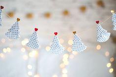 DIY fio de árvores de natal feitas com forminhas de brigadeiro e cupcake