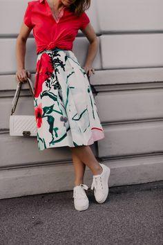 Auf meinem Modeblog findest du heute Tipps für ein schönes Gartenparty-Outfit. Ich zeige dir, wie gut du einen Blumenmuster-Midirock mit Poloshirt kombinieren kannst und präsentiere dir Gartenparty-Styling-Ideen für den nächsten feierlichen Anlass.Mehr auf www.whoismocca.com #gartenparty #midirock #dresscode #sommeroutfit Casual Chic Outfits, Fashion Weeks, Dress Code, Boho Stil, Fashion Group, All About Fashion, Outfit Of The Day, Midi Skirt, High Waisted Skirt