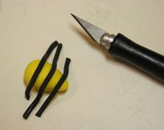 How to make bumble bee cupcake toppers • CakeJournal.com