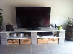 Planches + parpaings + caisses de vin + boutons dépareillés = meuble TV amélioré !!!