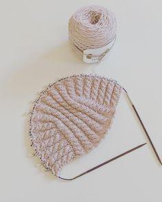 Lørdag og en #ELEGANTelefant på pinnene... Synes navnet på denne vakre flettehettehuen er helt  ________________ ___________________ #teststrikk#veslesmurfa#hettelue#balaklava #babystrikk#strikktilbaby#barnestrikk#børnestrik#knitforbabies #knitforkids #danskdesign @design_by_mettehvitved