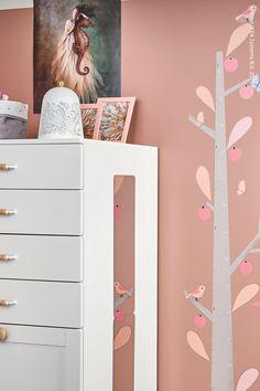 Det är alltid kul att följa barnens längdutveckling genom åren. Med den här självhäftande dekorationen i form av ett träd kan du göra barnrummet mer personligt. KINNARED Självhäftande dekoration, längdsticka träd, SMÅSTAD / PLATSA Byrå med 6 lådor, vit med ram, SOLSKUR LED bordslampa, vit/mässingsfärgad Barnrummet, Vit, Dresser, Room, Furniture, Home Decor, Dekoration, Bedroom, Powder Room
