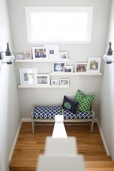 J'adore ces éatgères au dessus de ce petit coin cozy, propice à la lecture