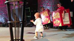 Adorable bébé interrompre le concert de son papa ! - http://www.newstube.fr/adorable-bebe-interrompre-le-concert-de-son-papa/ #Concert, #ConcertBébé, #ConcertPapa
