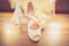 Zapatos color blanco roto de novia. Fotografía de bodas.