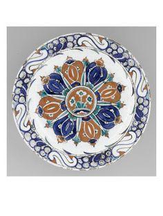 Plat à décor rayonnant aux 3 rosettes  - Musée national de la Renaissance (Ecouen)