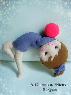 Bonecas ginastas de feltro com moldes Felt Dolls, Paper Dolls, Childrens Dolls, Doll Making Tutorials, Felt Christmas Ornaments, Sewing Toys, Felt Diy, Diy And Crafts, Dinosaur Stuffed Animal