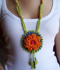 medallón en denim y crochet. Crochet Jewelry Patterns, Crochet Accessories, Crochet Cross, Knit Crochet, Yarn Crafts, Bead Crafts, Crochet Bracelet, Crochet Earrings, Diy Jewelry Necklace