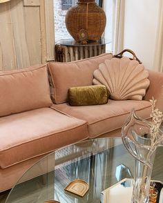 home accents living room - homeaccents Living Room Accents, Home Accents, Interior Design Inspiration, Home Decor Inspiration, Rosa Couch, Pink Couch, Retro Home Decor, Decoration, Home And Living